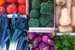 Légumes bio en cagettes vendus par les producteurs locaux