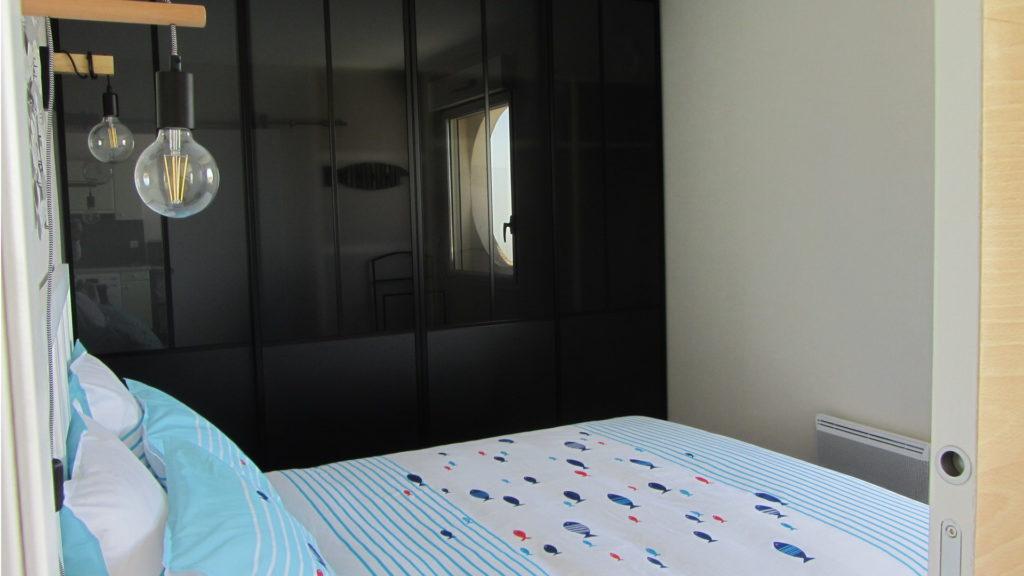 La chambre et son placard style verrière d'atelier