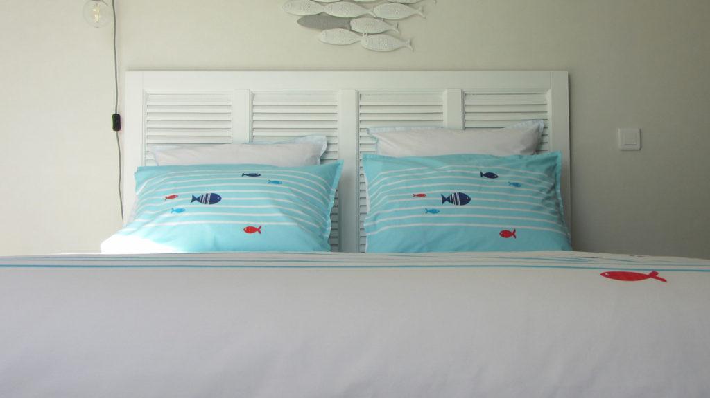 Une jolie parure de lit turquoise et blanche