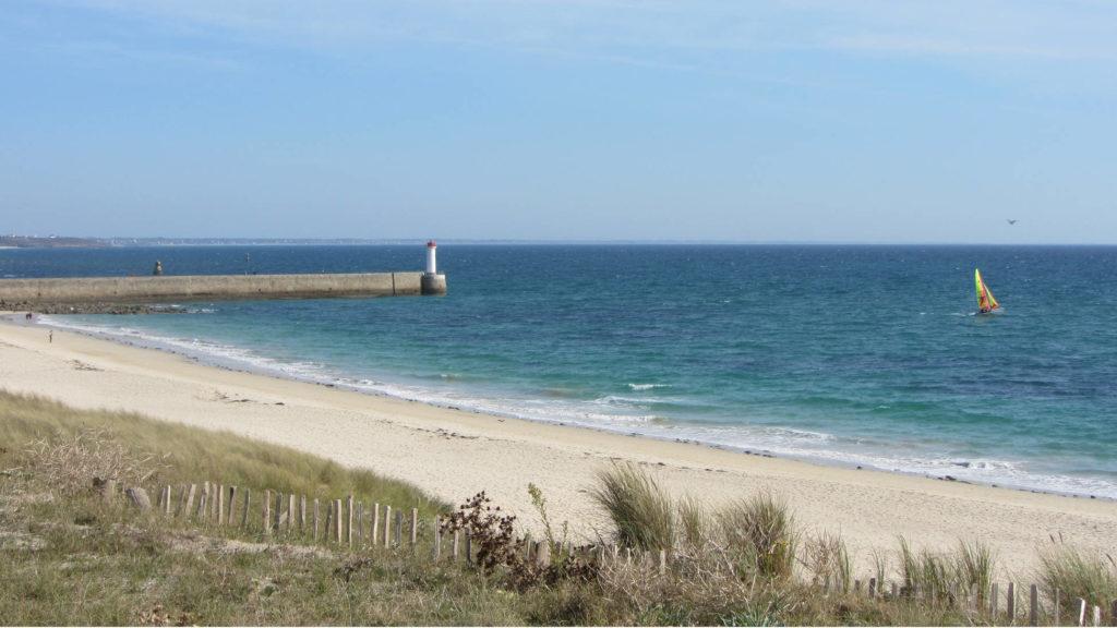 La plage de Trescadec et le phare du Raoulic