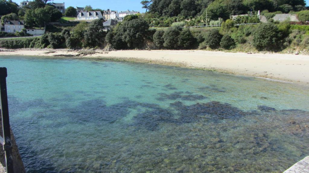 Les eaux translucides de la plage des Capucins