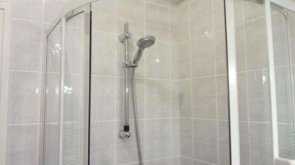 Une cabine de douche spacieuse