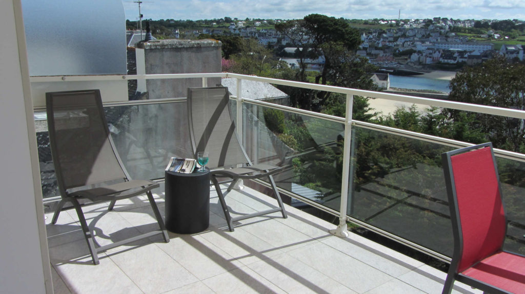 Des transats installés sur la terrasse
